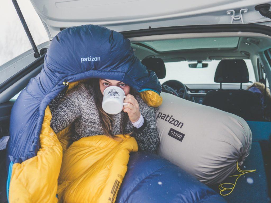 In een slaapzak van Patizon kun je overal lekker slapen, ook in de auto bijvoorbeeld.