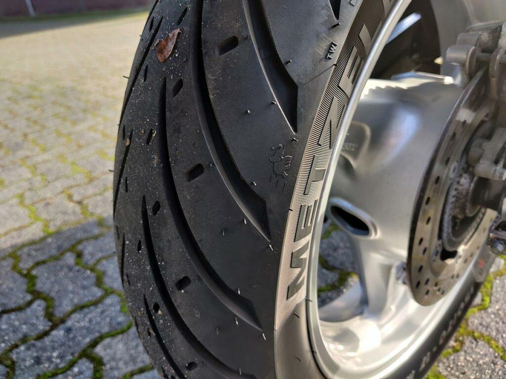 Detailfoto van de Metzeler Roadtec 01 achterband.