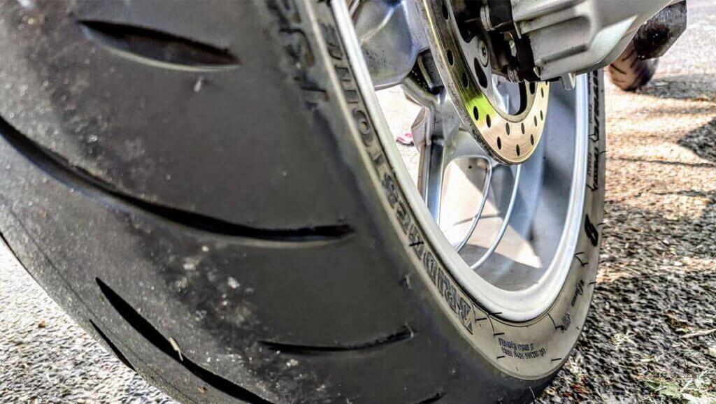 De beste motorband voor de BMW R1200RT is de Bridgestone BT032.